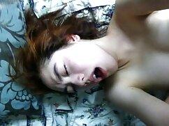 Una mujer tetona videos porno maduras mexicanas delante de la cámara intenta permanecer en silencio en el balcón.